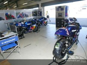 Box Red Bull Yamaha WCM