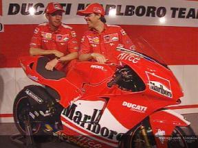 L'équipe Ducati Marlboro présente la Desmosedici GP4