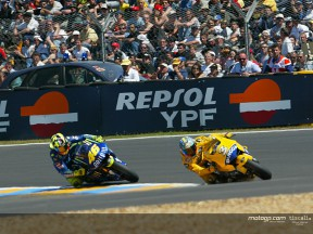 Biaggi & Rossi action Le Mans 2004