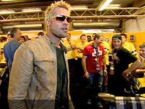 Brad Pitt vibra con el espectáculo del MotoGP