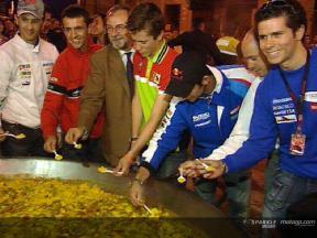 Die Menschenmenge in Cheste heißt MotoGP Fahrer willkommen