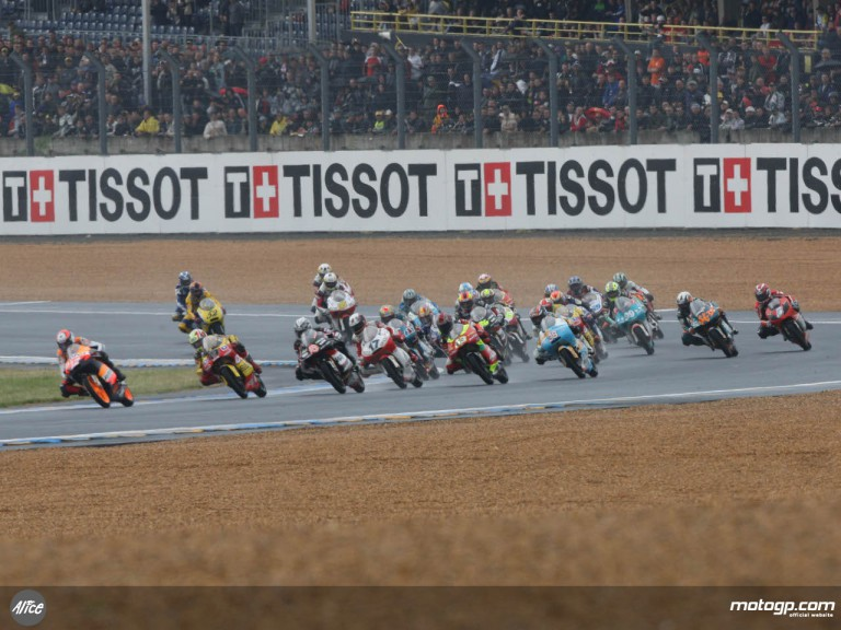 125cc pack in the first race of the day at le Mans, France