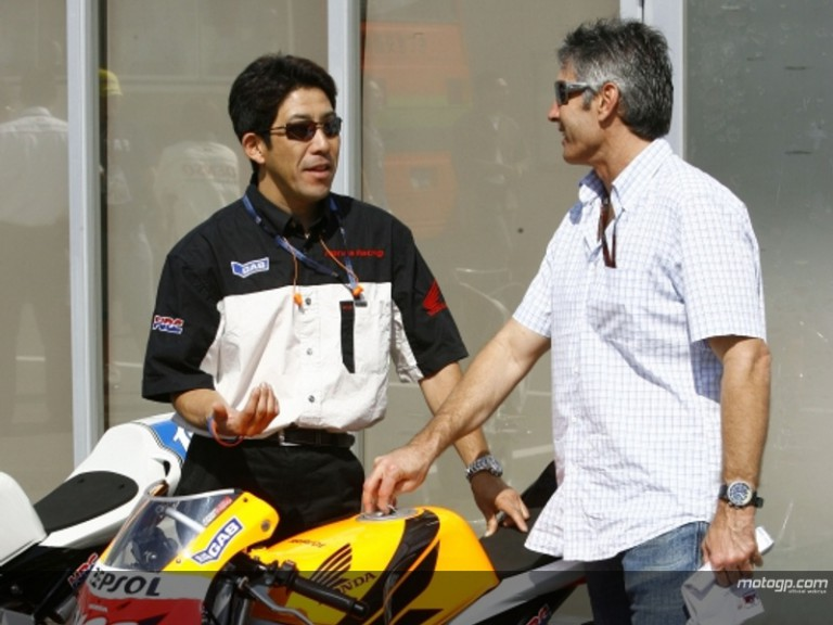 Former team-mates Tadayuki Okada and Mick Doohan in the Motegi paddock in 2006
