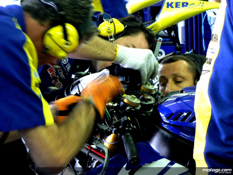 Tech 3 Yamaha mechanics working on Colin Edwards´ Yamaha YZR-M1