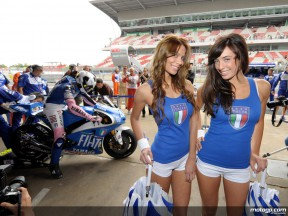 The Fiat Yamaha Paddock Girls cheering up for Valentino Rossi... and the Squadra Azzurra