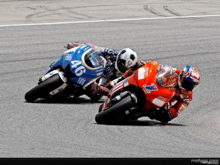 Casey Stoner and Valentino Rossi in action in Catalunya
