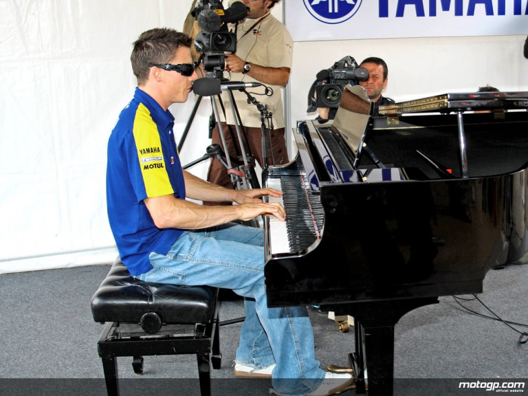 Tech 3 Yamaha´s James Toseland showing off his piano skills