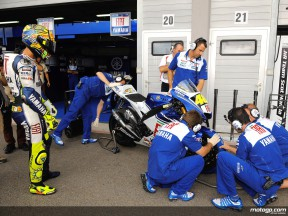 Valentino Rossi´s crew working on his Fiat Yamaha YZR-M1