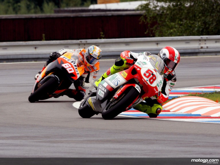 Marco Simoncelli riding ahead of Julian Simon in Brno (250cc)