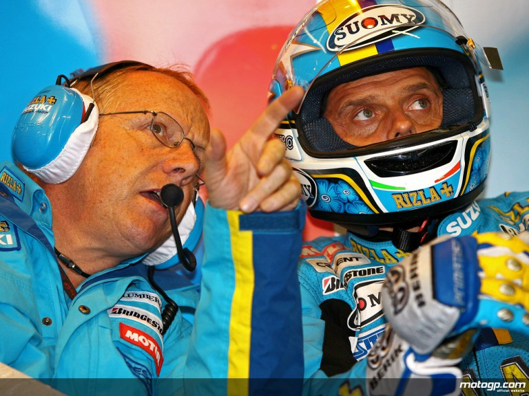 Loris Capirossi and his Chief Technician Stuart Shenton in the Rizla Suzuki garage (MotoGP)