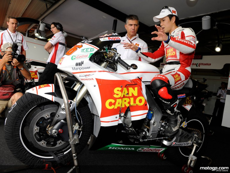 Shinya Nakano and his chief mechanic Antonio Jimenez in the San Carlo Honda Gresini box