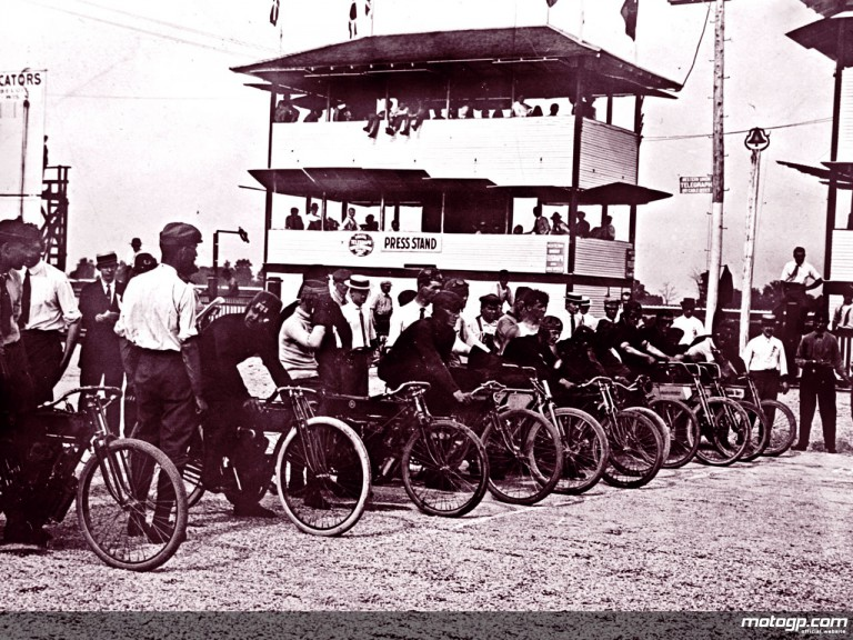 Start of the first race ever at the Indianapolis Motor Speedway, 1909