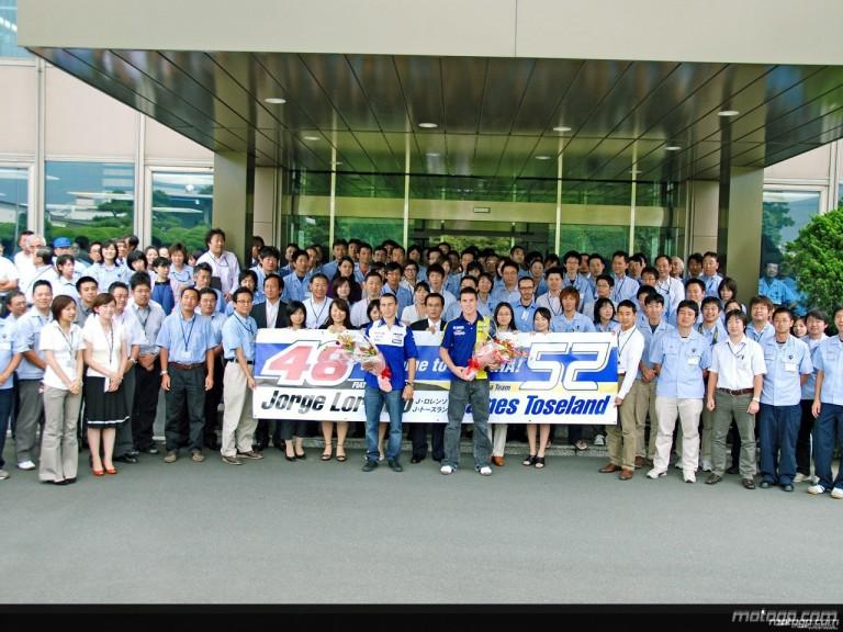 James Toseland and Jorge Lorenzo with the Yamaha staff in Iwata