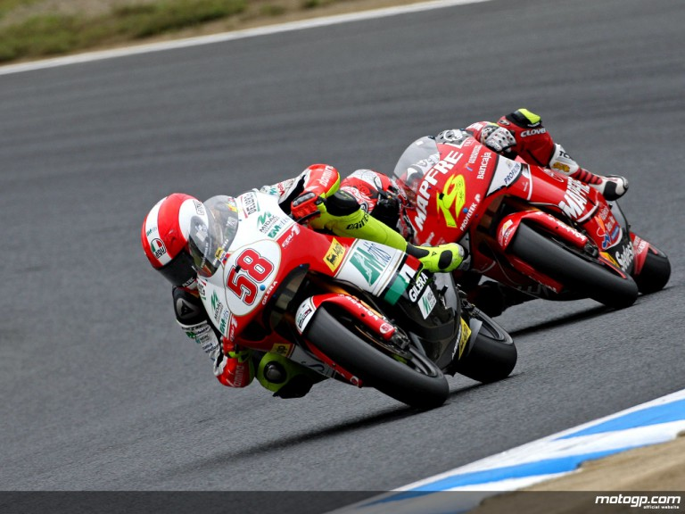 Marco Simoncelli riding ahead of Alvaro Bautista in Motegi (250cc)