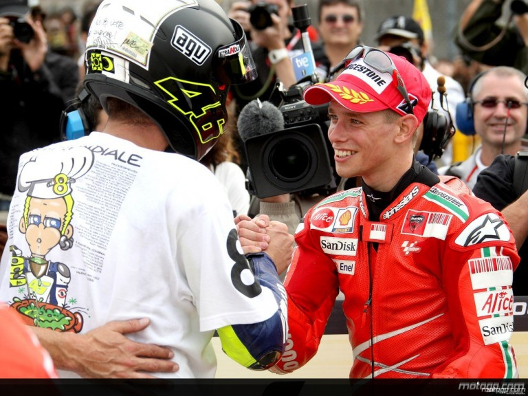 Stoner salutes new World Champion Valentino Rossi in the parc fermé