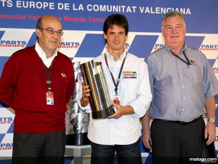 Crivillé receives his World Champion Trophy from Dorna CEO Carmelo Ezpeleta and FIM´s Claude Danis