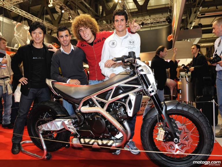 Nakano, di Meglio, Simoncelli and Corsi with the Aprilia Mana X at the Eicma show in Milano