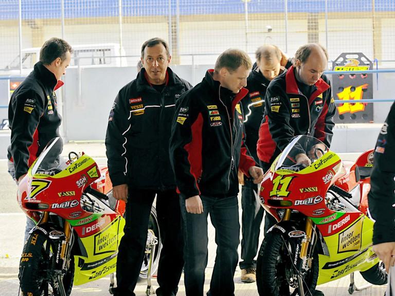 Ajo Motosprot crew at pit lane in Jerez Test