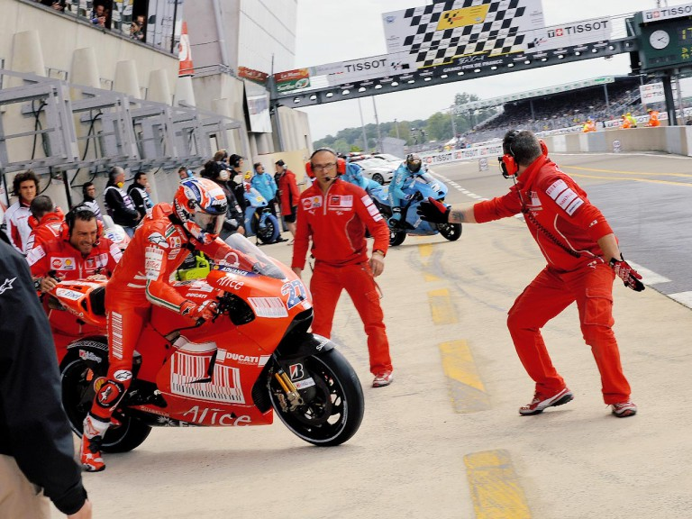 Stoner and Vermeulen during bike change in Le Mans