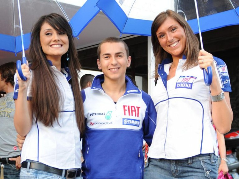 Jorge Lorenzo and the winners of the Umbrella Girl 2009 contest