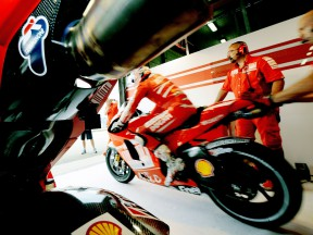 Nicky Hayden leaving the Ducati Marlboro garage