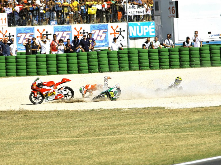 Espargaró and Iannone crash during 125cc race