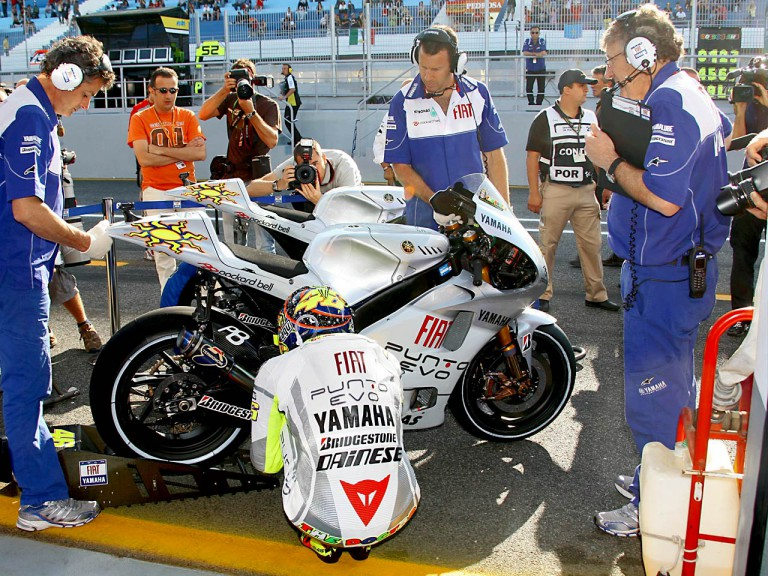 Rossi with Yamaha crew at Estoril