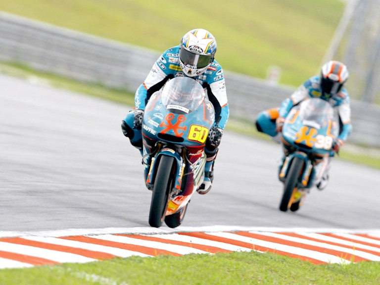 Julián Simón riding ahead of Bradley Smith in Sepang