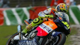 Valentino Rossi made history by being the first winner of the 4-stroke era at the Assen circuit ahead of Brazilian Alex Barros, still riding the old NSR500cc.
