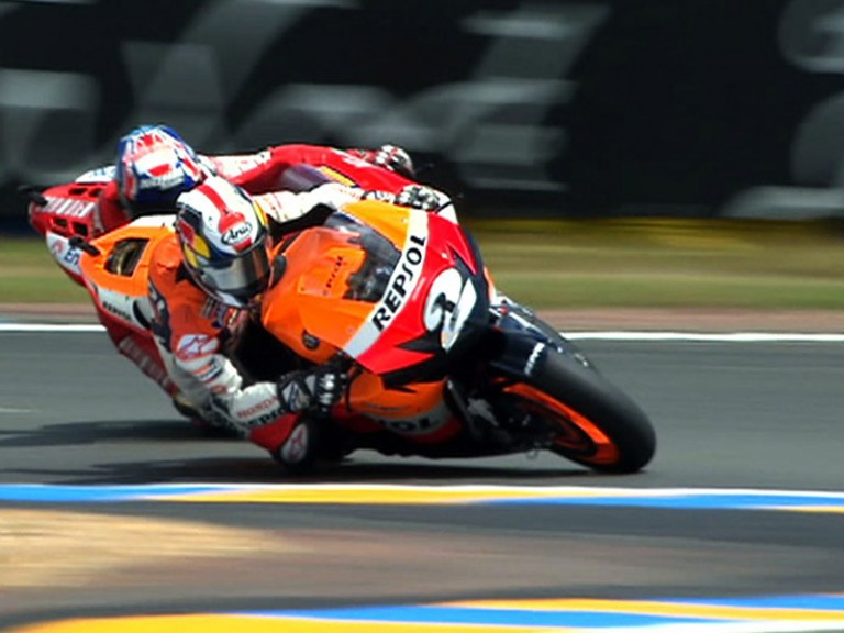 Pedrosa overtakes Stoner during the race in Le Mans 2008