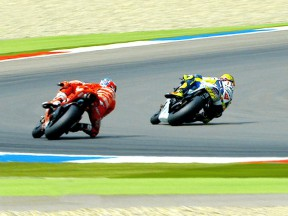 Rossi overtakes Stoner at Assen 2009