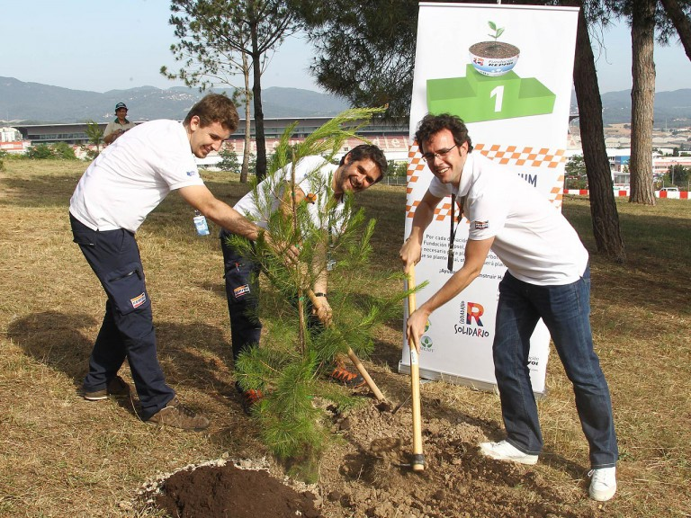 MotoGP media plant trees to support the Repsol Foundation
