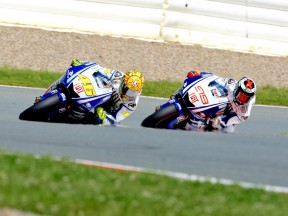 Rossi overtakes Lorenzo at Sachsenring 2009