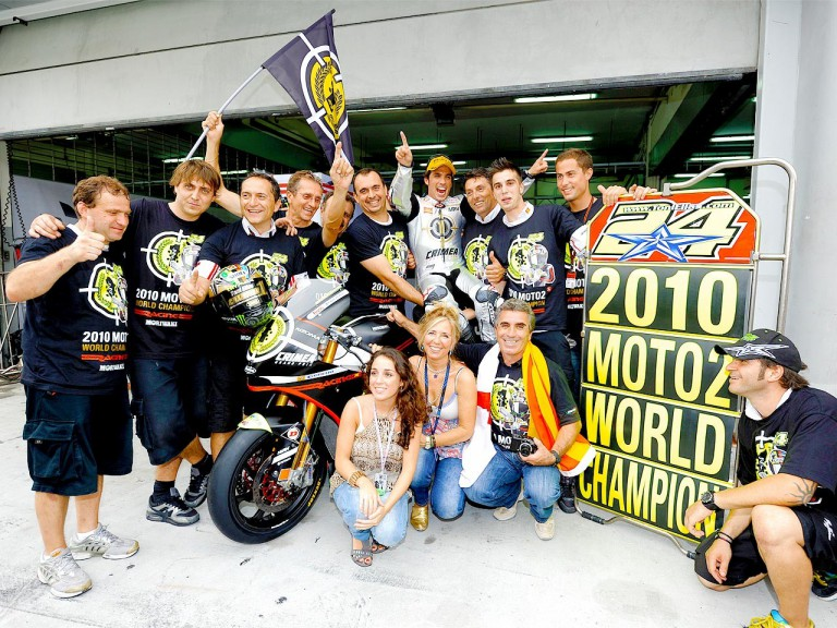 Elías celebrates the 2010 Moto2 World Championship with the Gresini Racing Team and his family