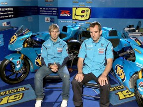 Álvaro Bautista and Tom O'Kane in the Rizla Suzuki garage