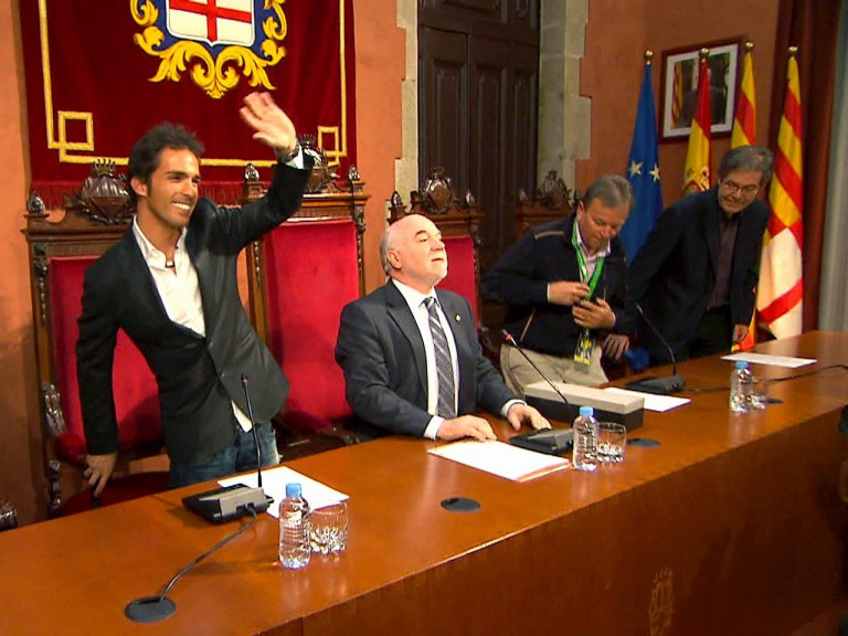 Elias celebrates his World Title with the local authorities in Manresa