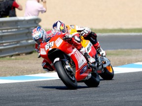 Hayden overtakes Dovizioso at Estoril 2009