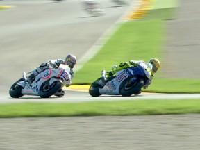 Valentino Rossi overtakes Nicky Hayden at Valencia 2008