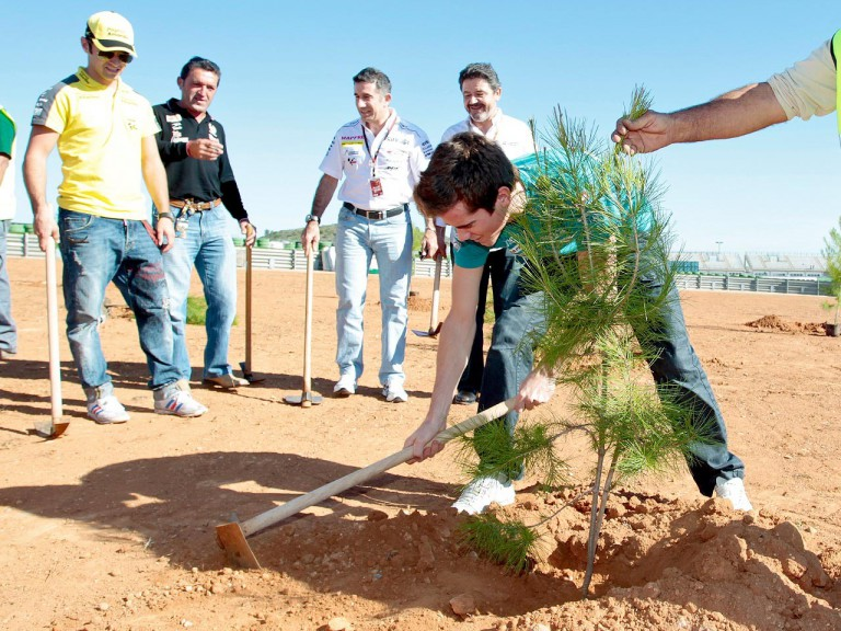 Nico Terol plants tree for the Repsol/MAS foundation