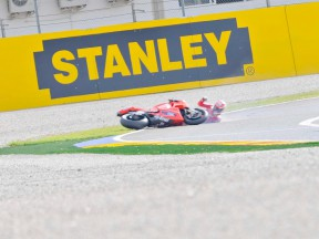 Hayden crashes during the race in Valencia