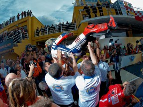 Jorge Lorenzo celebrates GP win at Valencia © Alexandre Chailan & David Piolé
