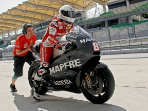 Héctor Barberá in the pit at the Sepang test