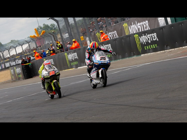 http://photos.motogp.com/2011/05/15/125cc_maverick_terol_slideshow.jpg