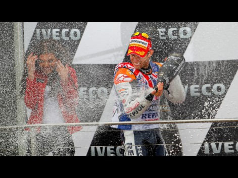 http://photos.motogp.com/2011/10/16/27caseystoner,motogp-3_preview_big.jpg