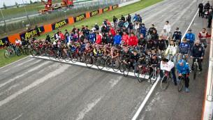 Los pilotos de MotoGP™ pedalean en Misano en memoria de Simoncelli