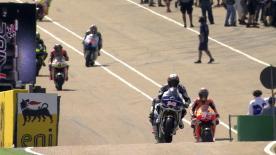 Ein ereignisreicher erster Tag auf dem Sachsenring ist beendet und Lokalmatador Stefan Bradl konnte für LCR Honda MotoGP die Spitze der Zeitentabelle toppen. Yamaha Factory Racing-Pilot Jorge Lorenzo hingegen verbuchte einen weiteren schweren Sturz und landete direkt auf seiner bereits verletzten Schulter, während zahlreiche weitere Unfälle für reichlich Action auf dem Sachsenring sorgten.