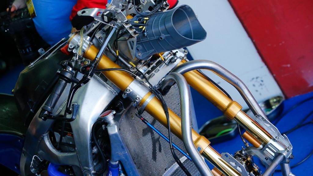 FTR, Avintia Blusens - Front suspension