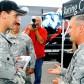 C.エドワーズ、米軍基地を表敬訪問