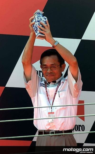 Il presidente della HRC, Yasuo Ikenoya, spiega i particolari dello sviluppo della RC211V