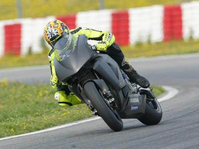 Valentino Rossi si impone in maniera schiacciante al test IRTA di Montmeló